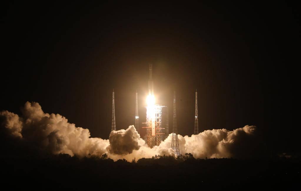 長征7号遥3に搭載されて打ち上げられる無人補給船「神舟2号」(Credit: Xinhua/Ju Zhenhua)