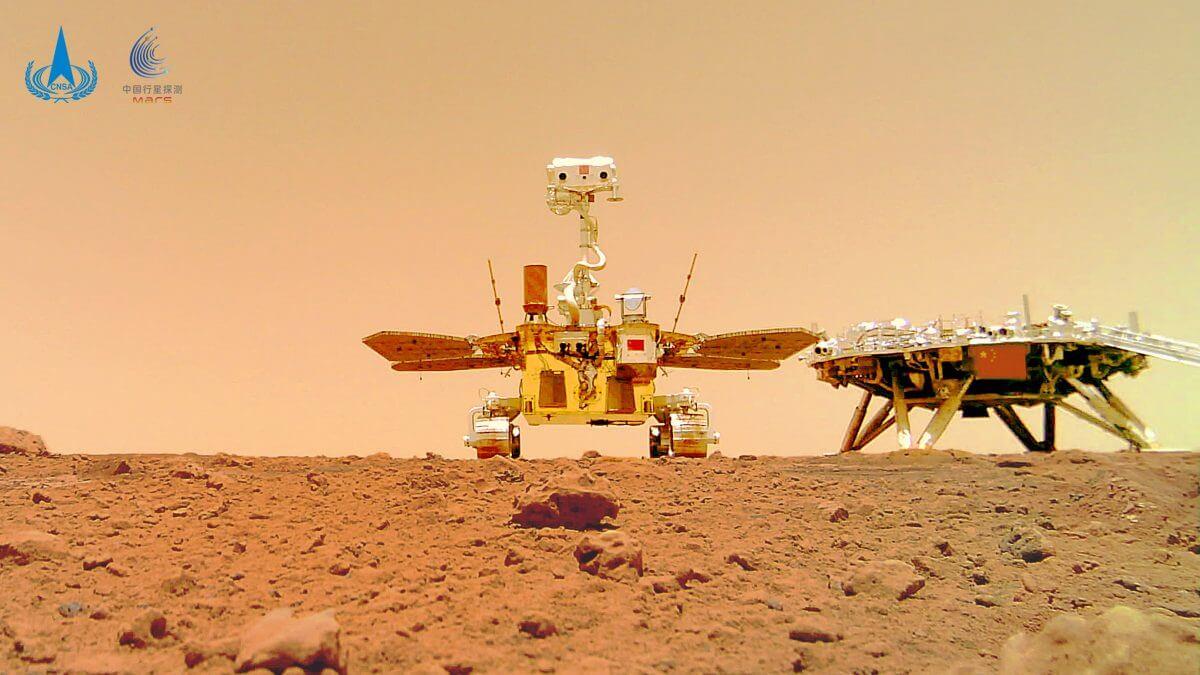 地表に設置されたワイヤレスカメラを使って撮影された火星探査車「祝融」のセルフィー。右側には着陸機も写っている(Credit: CNSA)
