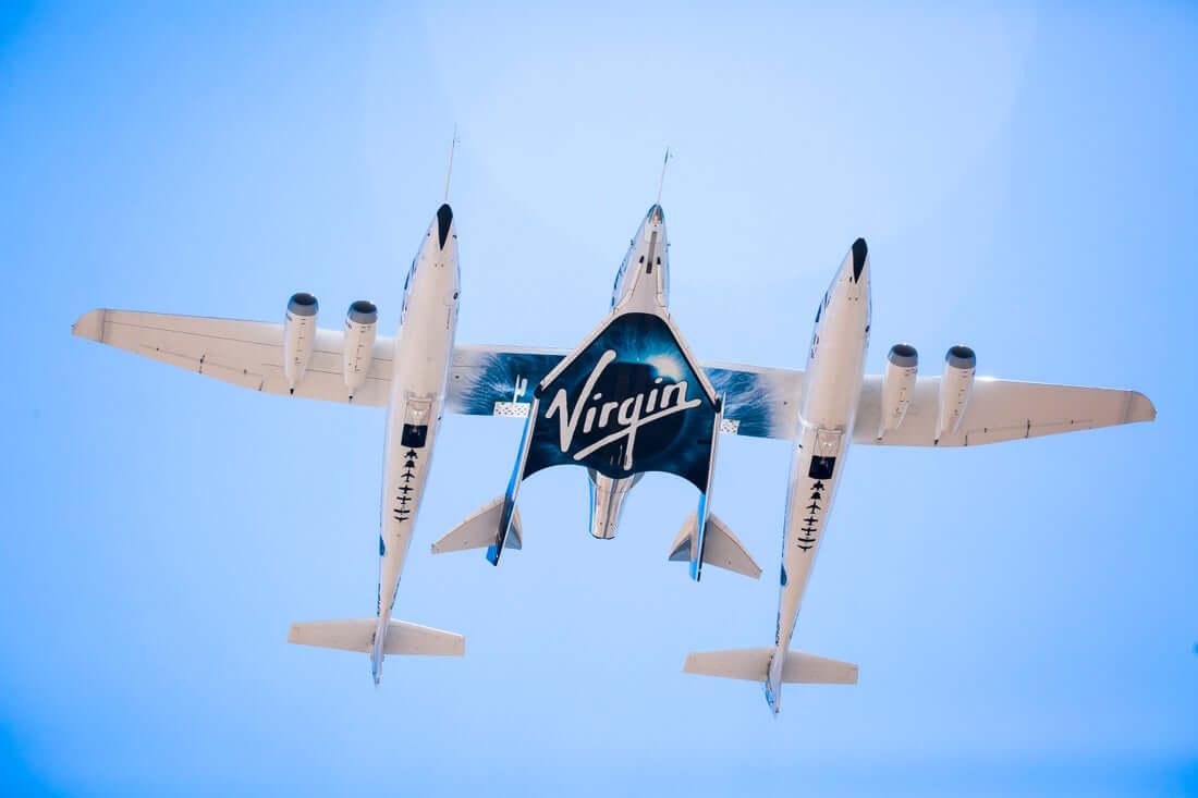 空中発射母機「ホワイトナイトツー」の真ん中に位置するVSS Unity(Credit: Virgin Galactic)