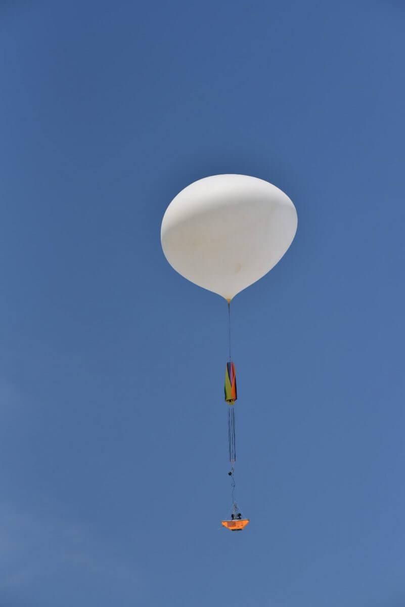 舞い上がる気球(撮影:東京とびもの学会)