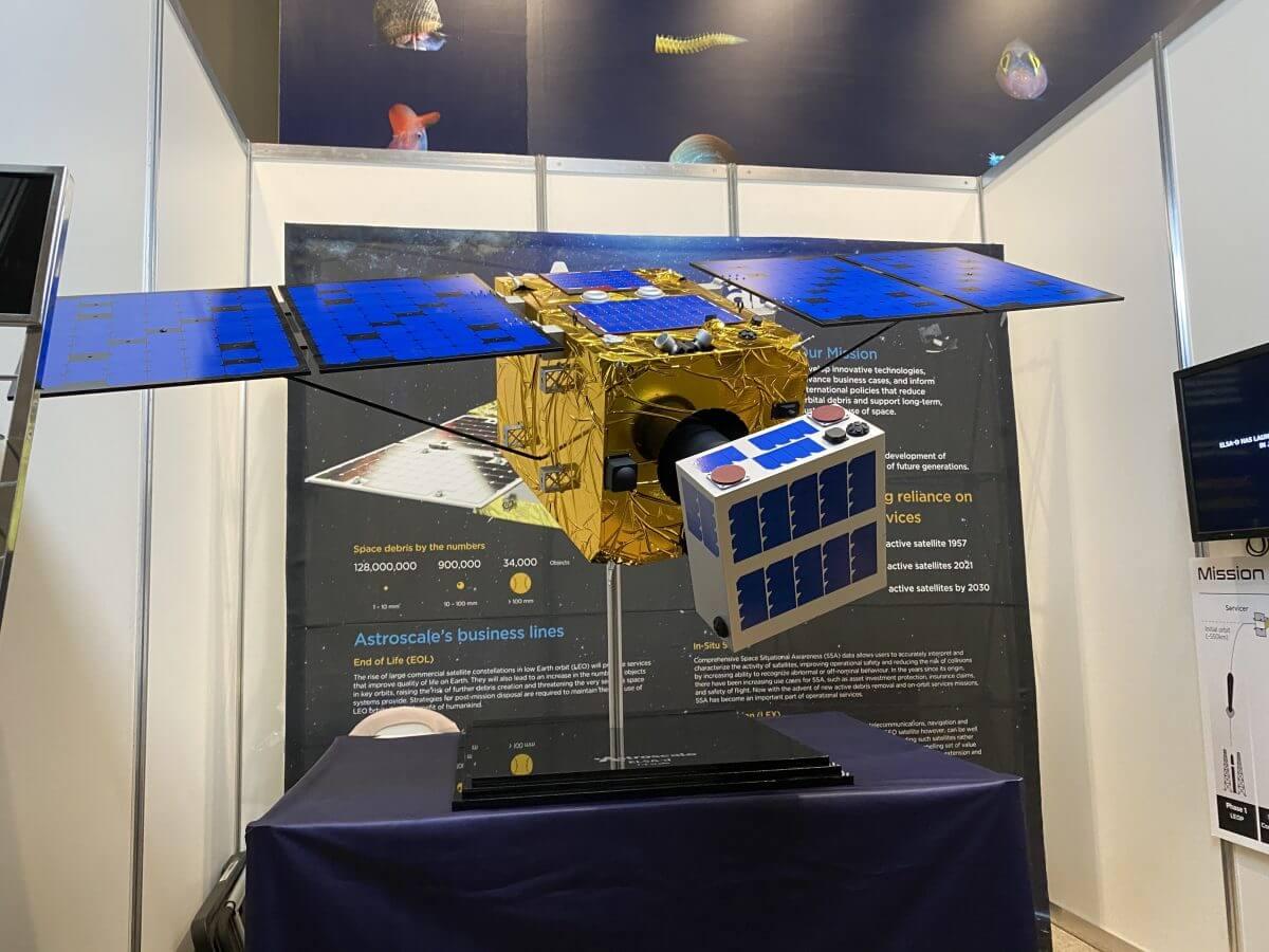 Astroscale社が3月に打ち上げたスペースデブリ除去実証衛星のELSA-d(撮影: 筆者)