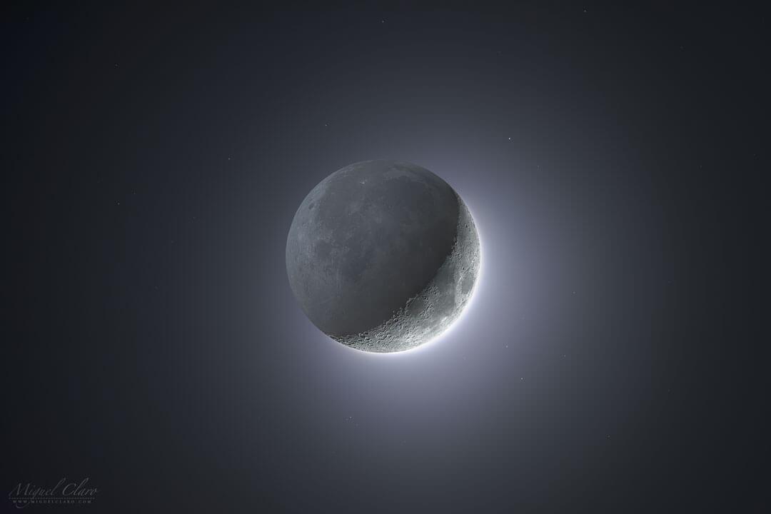 明るい三日月の部分を15回の短時間露光で、残りの薄暗い部分を14回の長時間露光で撮影したものをデジタル合成して作成された「地球照」の画像(Credit: Miguel Claro (TWAN, Dark Sky Alqueva))