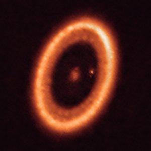 370光年先の若い惑星を囲む「周惑星円盤」を明確に検出、アルマ望遠鏡による観測成果