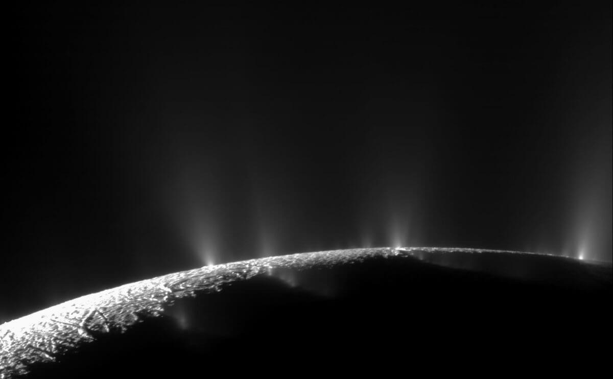 土星探査機「カッシーニ」が撮影したエンケラドゥスのプルーム(Credit: NASA/JPL/Space Science Institute)