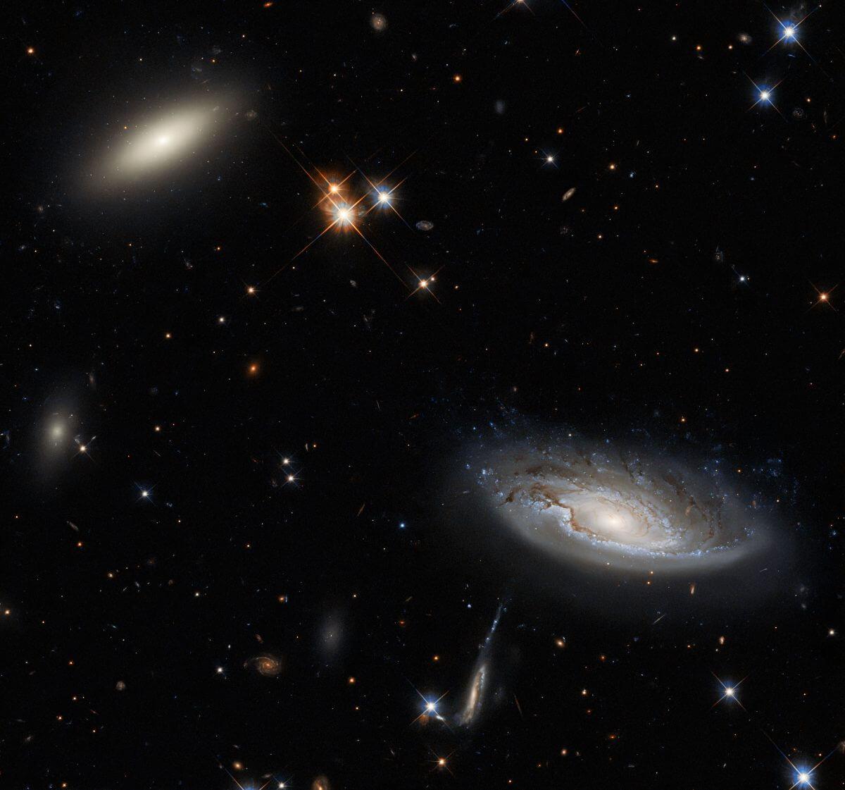 渦巻銀河「UGC 2665」(右下)とレンズ状銀河「2MASX J03193743+4137580」(左上)(Credit: ESA/Hubble & NASA, W. Harris, Acknowledgement: L. Shatz)