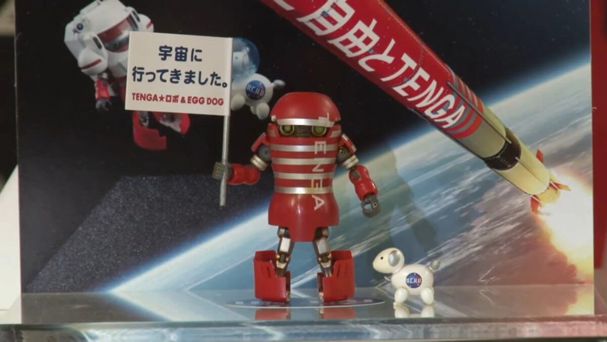 宇宙空間で放出され海上へ落下した後に回収された、TENGA公式キャラクターのTENGAロボおよびスペースエッグドッグの実物。TENGAロケット打ち上げ後の記者会見ライブ配信より(Credit: インターステラテクノロジズ)