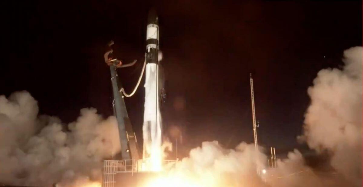 ニュージーランド・マヒア半島にある発射台から打ち上げられた「エレクトロン」ロケット(Credit: Rocket Lab Broadcast)