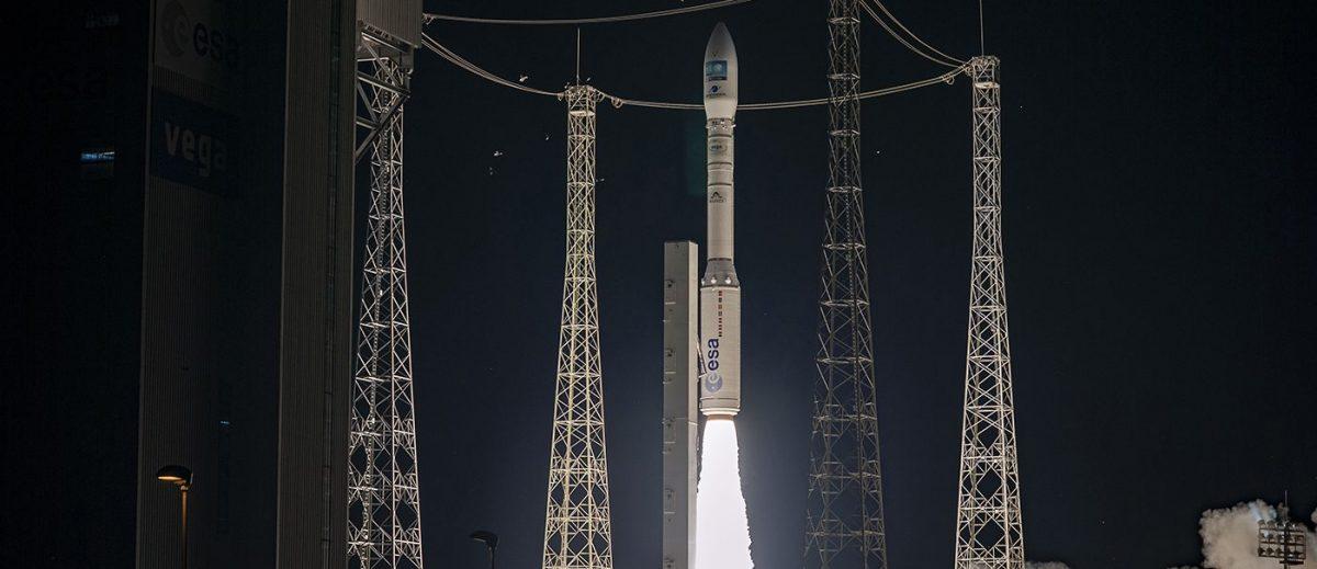 地球観測衛星「プレアデスネオ」を搭載して打ち上げられるヴェガロケット(Credit: Arianespace)