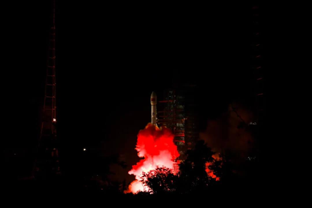 西昌衛星発射センターから打ち上げられる通信衛星「中星2E」を搭載した長征3Bロケット(Credit: CASC)