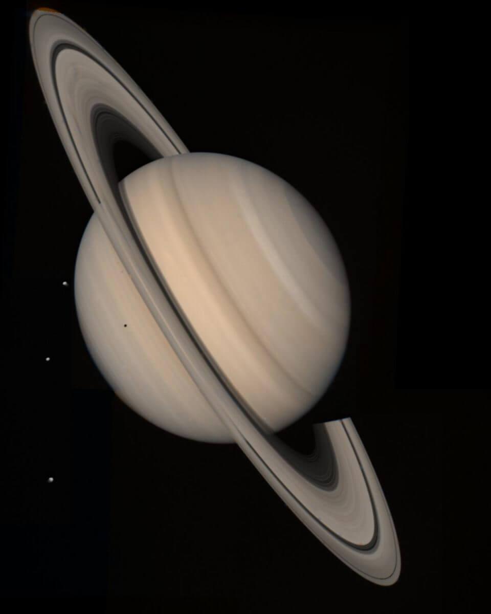 ボイジャー2号が撮影した土星と3つの衛星(Credit: NASA/JPL-Caltech)