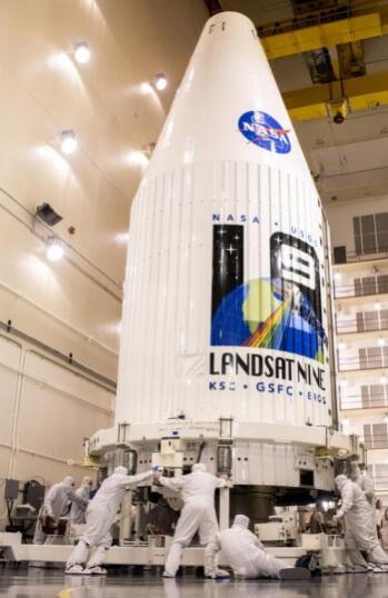 打ち上げ準備が進むランドサット9(Credit: Chris Okula, USSF 30th Space Wing)