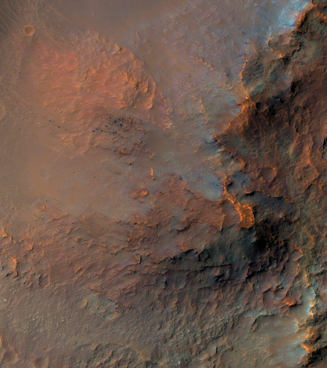 火星のエオス谷の一部(疑似カラー。Credit: NASA/JPL/UArizona)