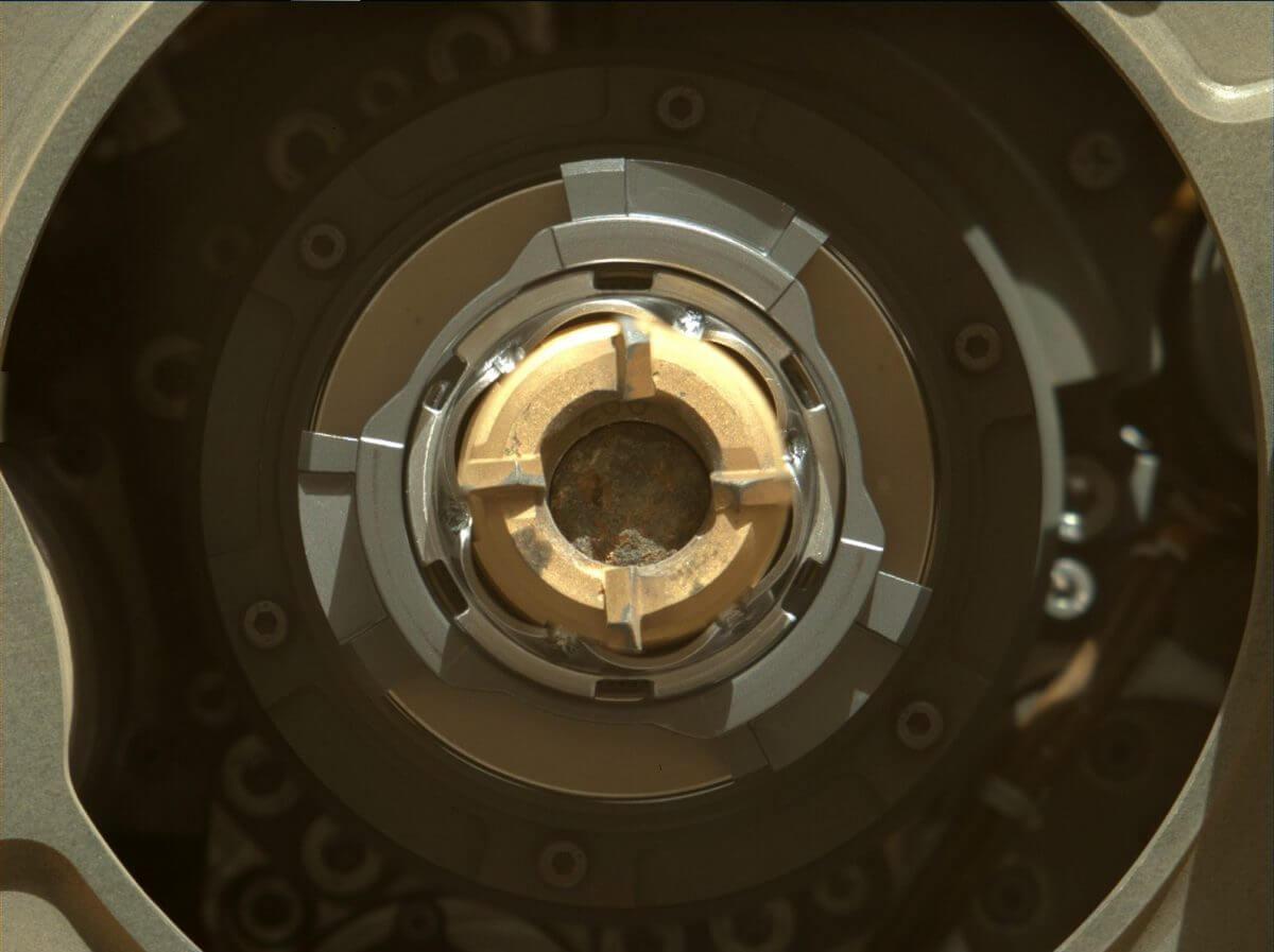 9月1日の掘削後に撮影されたPerseveranceのコアリングビット(中央)。コアリングビット内部にセットされているチューブの中にサンプルが見えている(Credit: NASA/JPL-Caltech/ASU/MSSS)
