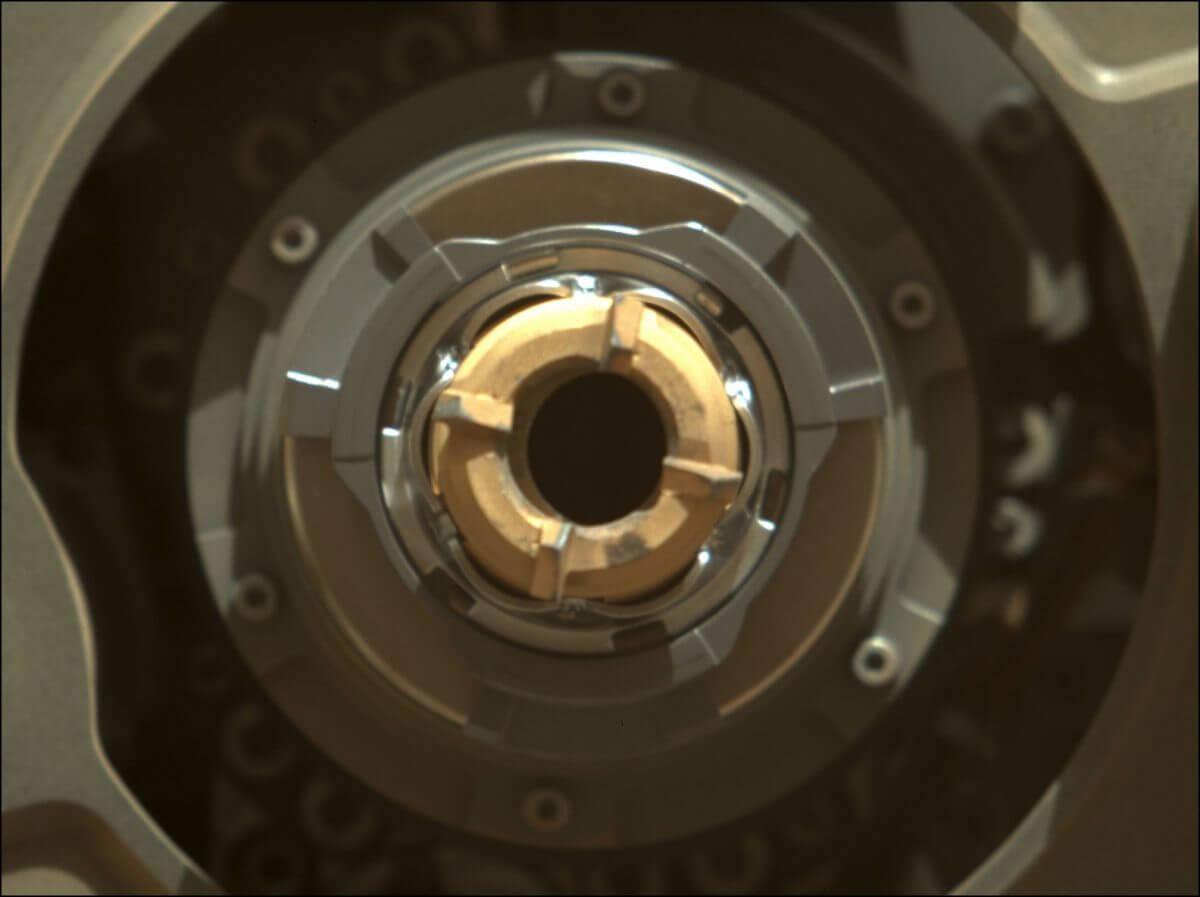 コアリングビットの振動後に撮影された画像。冒頭の画像では見えていたサンプルが確認できなくなっている(Credit: NASA/JPL-Caltech/ASU/MSSS