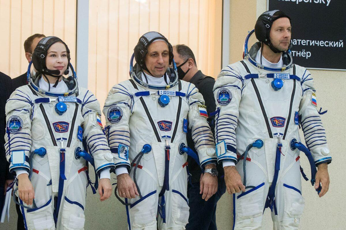 訓練を終えたソユーズMS-19のプライムクルー。左から:ユリア・ペレシルドさん、アントン・シュカプレロフ宇宙飛行士、クリム・シペンコさん(Credit: Roscosmos)