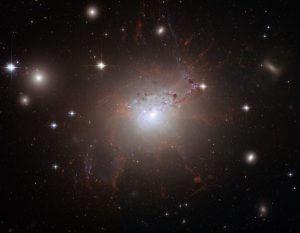 わずか数年で大きな変化。活動銀河の中心でジェットとガス雲が衝突する様子を観測